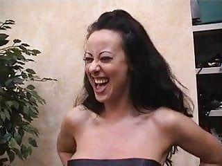 Hawt giovane marrone scuro viene torturata dalla sua giovane direttrice esotica nel seminterrato