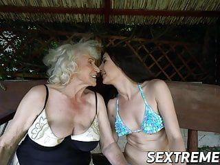 La calda giovane Linda Love si gode il culo e la vagina leccata dalla nonna