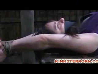 Un lesbo tortura brutalmente il corpo degli schiavi