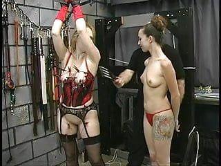 Spessa grande culo SM Lesbo è torturato dal suo caporale e del suo dominatore femminile in Dungeon